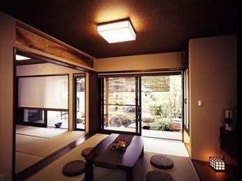 居間、和室から眺めるお庭は心が安らぎます。四季折々の景色を楽しんでいます。