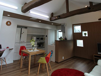 納屋を住まいとしてリフォームし、程よい距離感での二世帯住宅となりました。