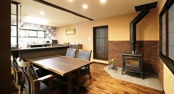 友人宅で体感し、憧れた薪ストーブを設置、家時間が長い夫婦に合った暖房で冬も暖かい空間に